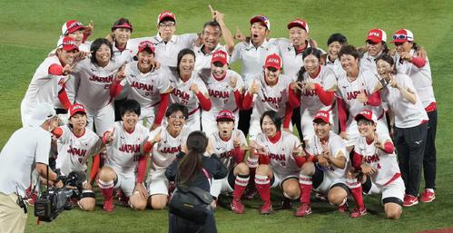 日本対米国 米国に勝利し優勝を決め、記念撮影する上野(中列左)らソフトボール日本代表(撮影・鈴木みどり)