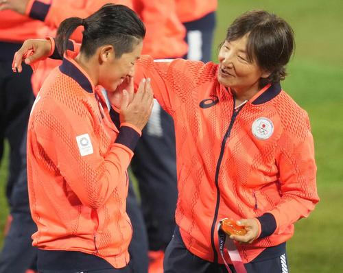 日本対米国 金メダルを手に上野(左)をねぎらう宇津木監督(撮影・鈴木みどり)
