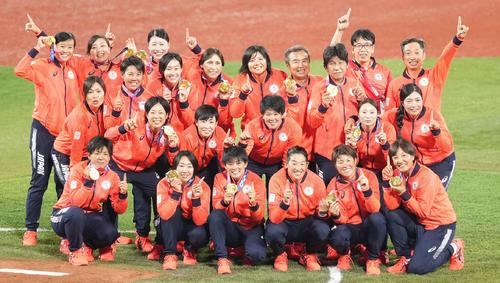 日本対米国 金メダルを手にポーズを取る上野(前列右から3人目)らソフトボール日本代表(撮影・鈴木みどり)