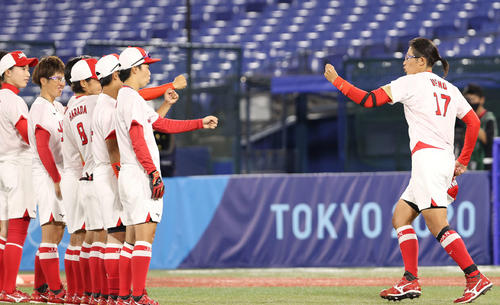 日本対米国 選手紹介で登場した上野(右)(撮影・河野匠)