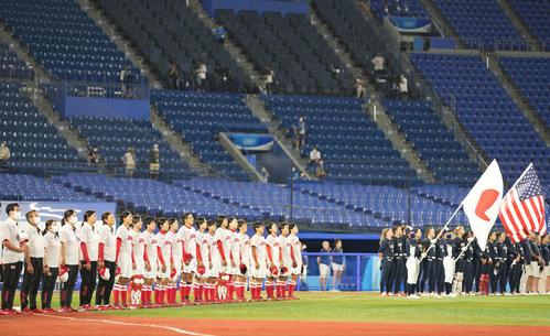 日本対米国 試合前、君が代を斉唱するソフトボール日本代表(撮影・鈴木みどり)