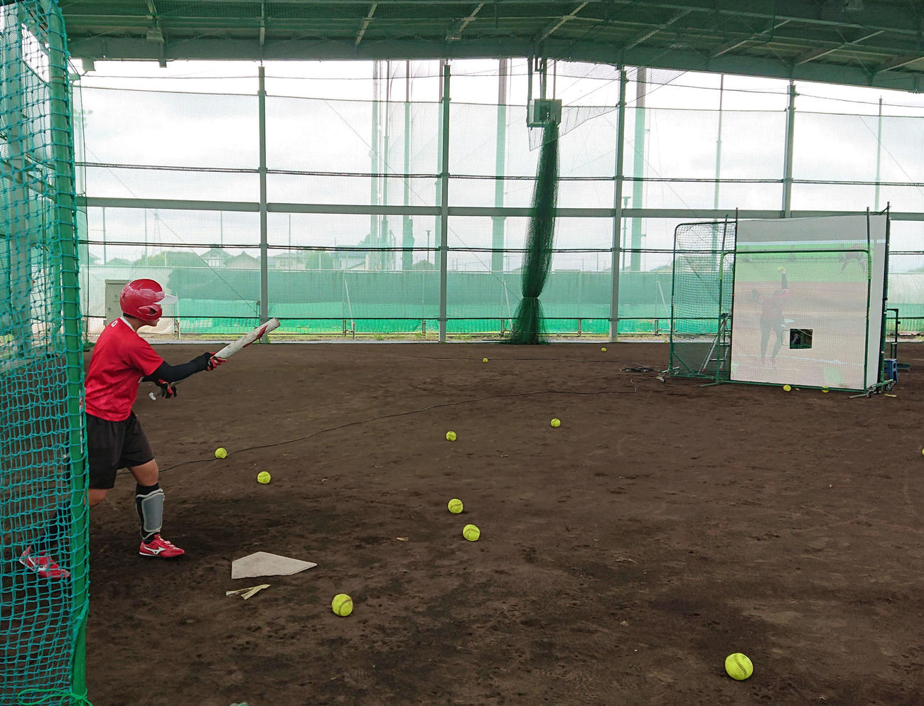 6月の高崎合宿で、米国のアボットを再現したボールと映像で打撃練習(NTT 柏野多様脳特別研究室提供)
