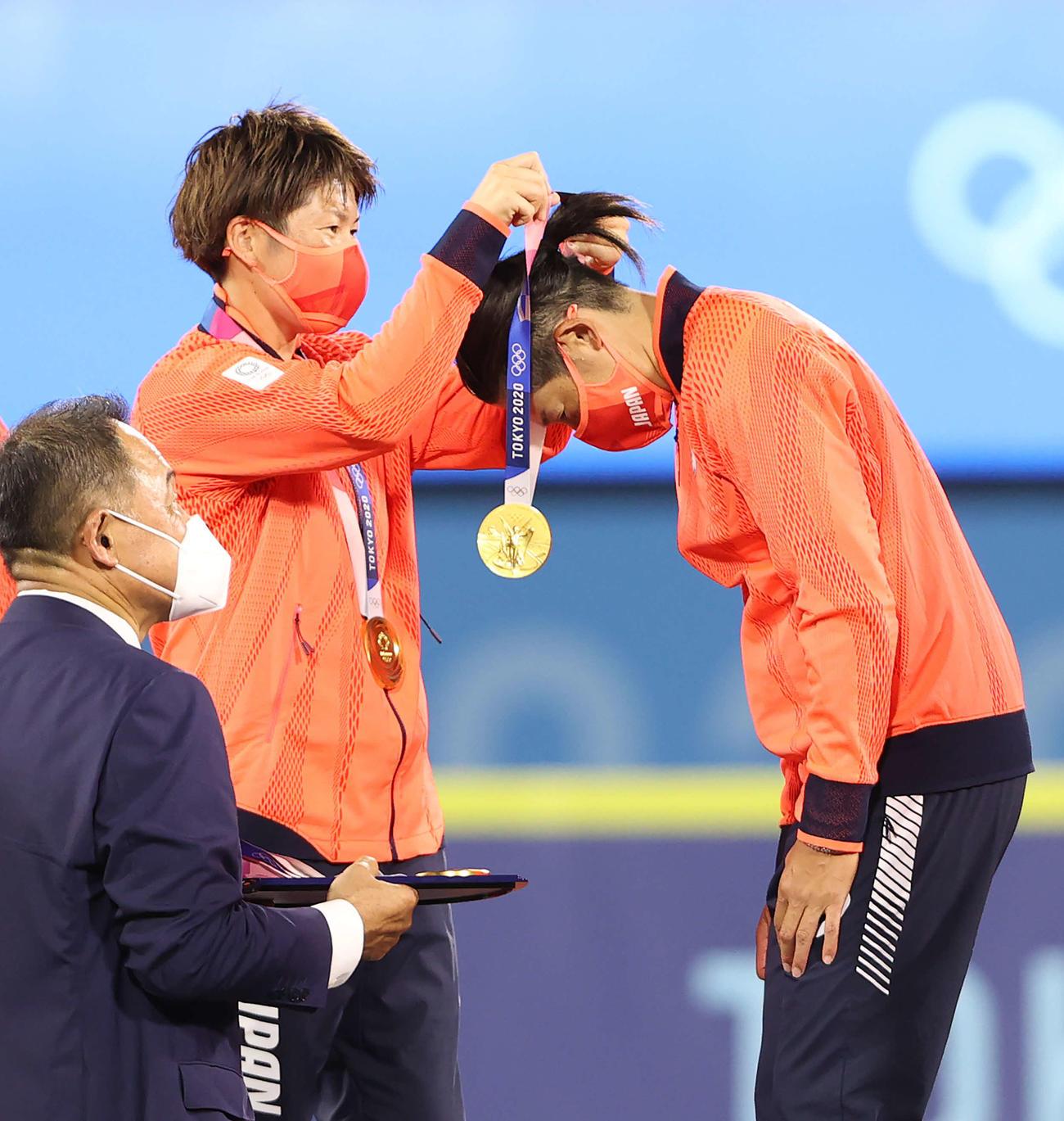 日本対米国 表彰式で上野(右)に金メダルをかける藤田(撮影・河野匠)