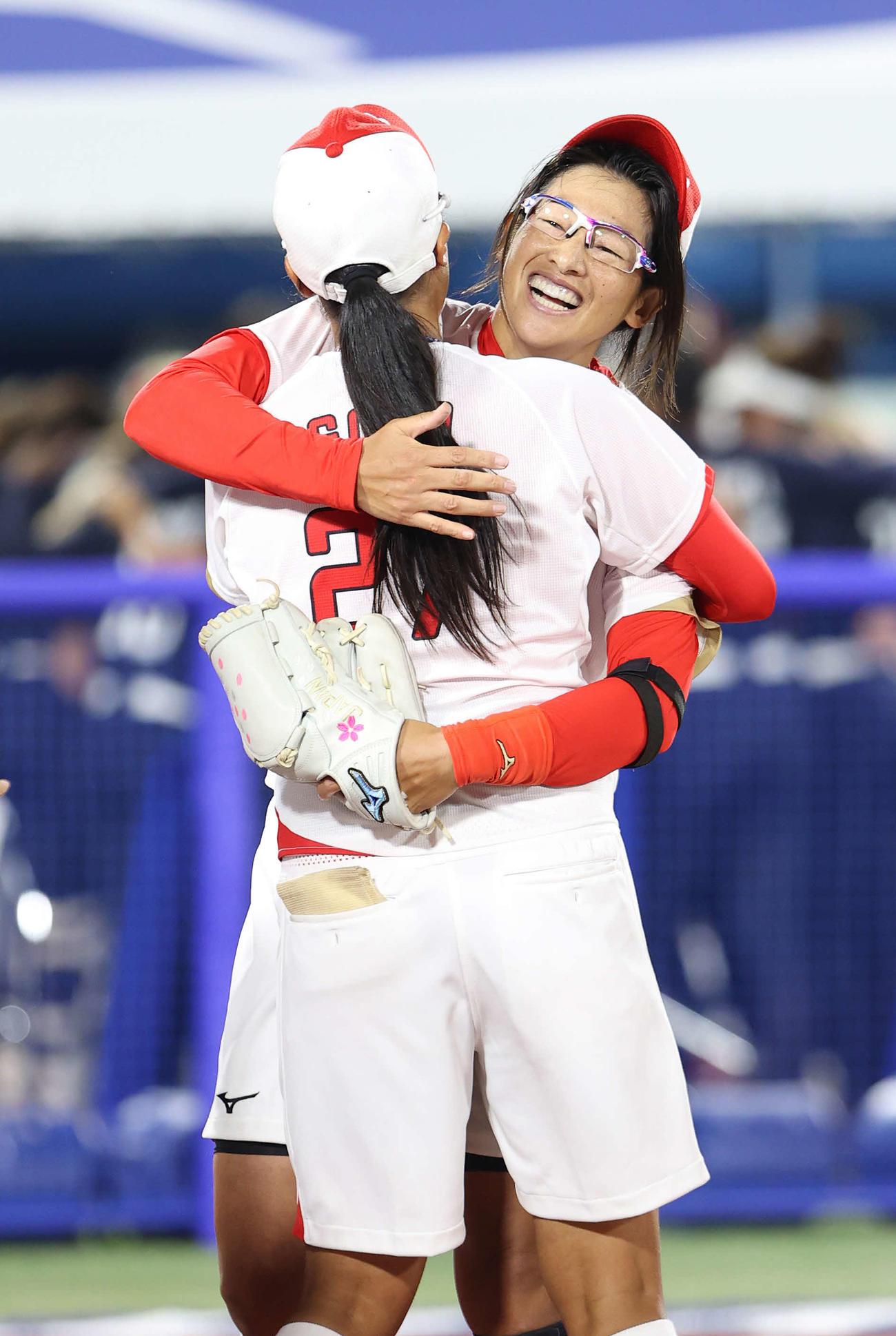 日本対米国 米国に勝利し後藤(手前)と笑顔で抱き合う上野(撮影・河野匠)