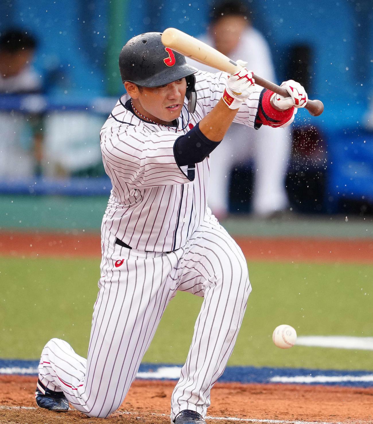 日本対ドミニカ共和国 8回裏日本無死一塁、送りバントを決める坂本(撮影・江口和貴)