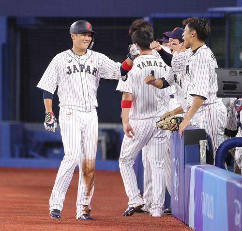 日本対米国 3回裏日本2死二塁、吉田正の適時打で生還しベンチ前で笑顔を見せる坂本(撮影・河野匠)