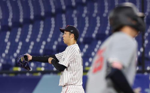日本対米国 5回表米国無死一、二塁、カサス(手前)に左越え3点本塁打を浴びる青柳(撮影・河野匠)