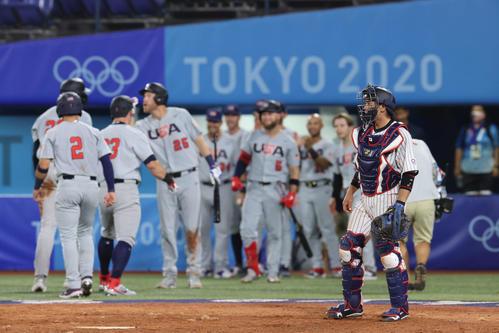 日本対米国 5回表米国無死一、二塁、カサスの3点本塁打にわく米国ベンチを横目に険しい表情の梅野(撮影・河野匠)