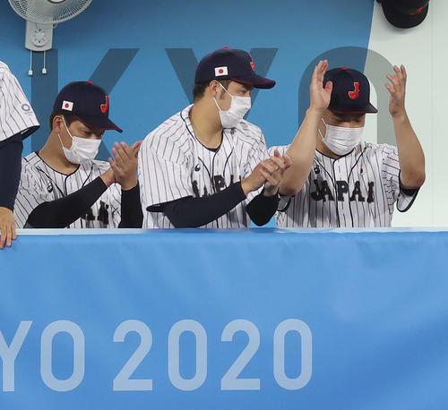 日本対米国 7回表、千賀が無失点に抑え拍手する、右から田中将、青柳、岩崎(撮影・河野匠)