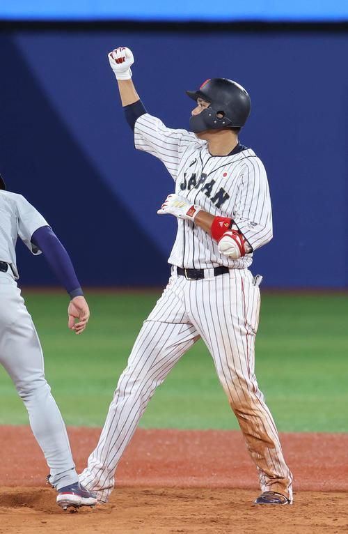 日本対米国 4回裏日本2死二塁、適時二塁打を放ちガッツポーズの坂本(撮影・河野匠)
