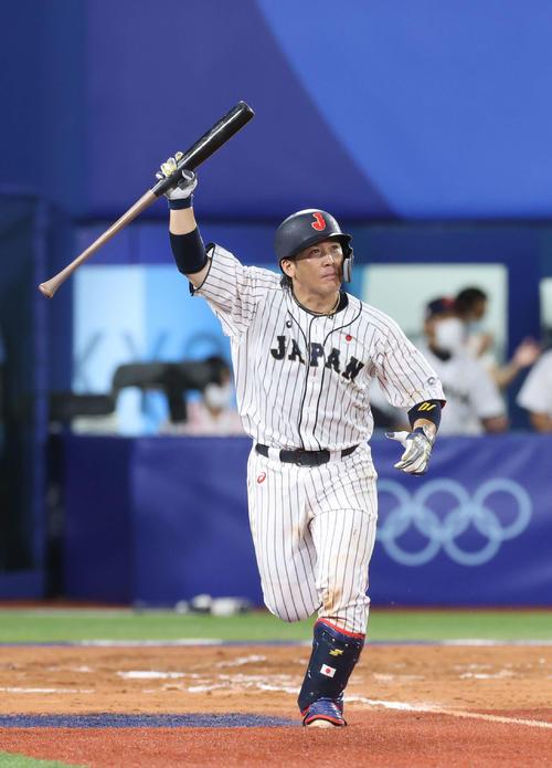 日本対米国 10回裏日本1死二、三塁、右翼フェンス直撃のサヨナラ打を放った甲斐(撮影・河野匠)