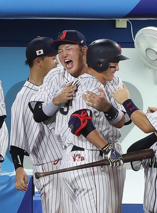 日本対米国 10回裏日本無死一、二塁、送りバントを決めた栗原(手前)は村上に抱きしめられる(撮影・河野匠)