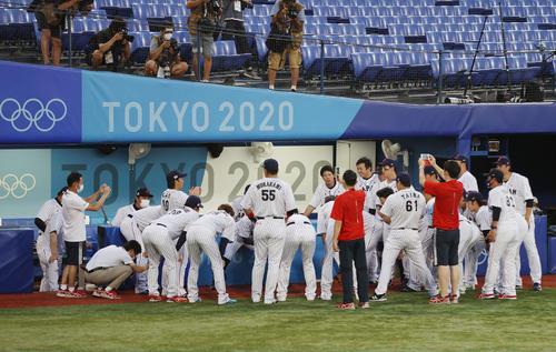 日本対米国 試合前、円陣を組む日本ナイン(撮影・河野匠)