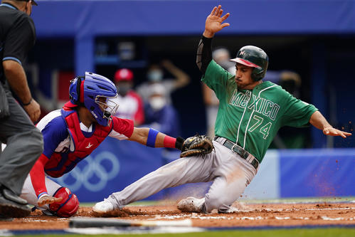 本塁でアウトになるメキシコのロドリゲス(AP)