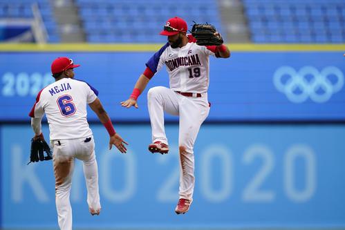 五輪野球1次リーグ ドミニカ共和国対メキシコ 勝利を喜ぶドミニカ共和国のバティスタ(右)ら(AP)