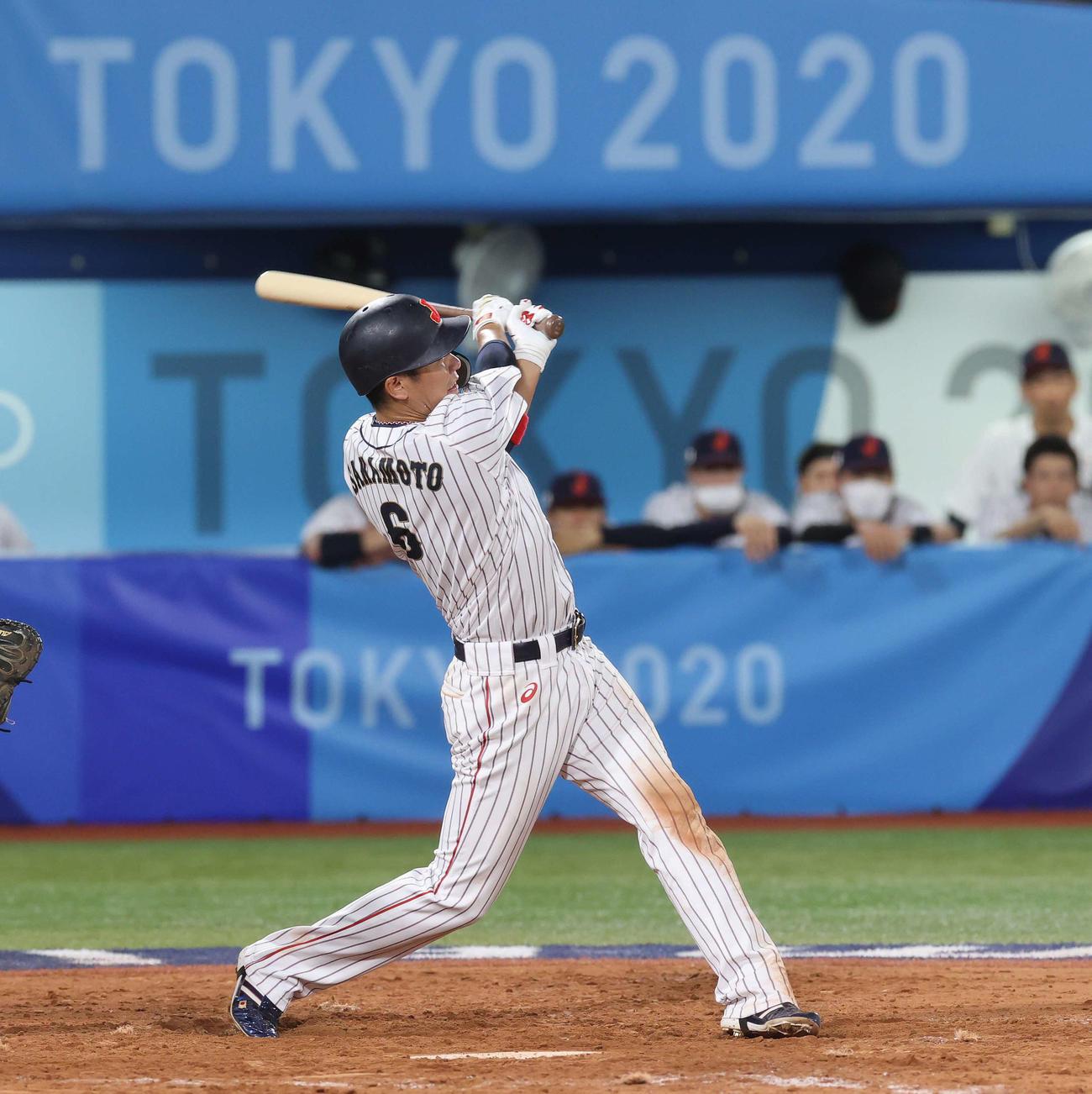 日本対米国 4回裏日本2死二塁、適時二塁打を放つ坂本(撮影・河野匠)