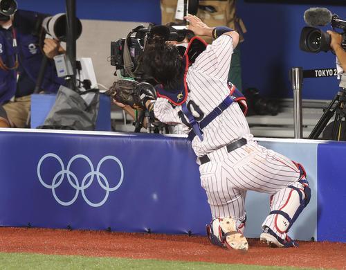 日本対韓国 4回表、フェンスに激突しながら邪飛を捕球する甲斐(撮影・河野匠)