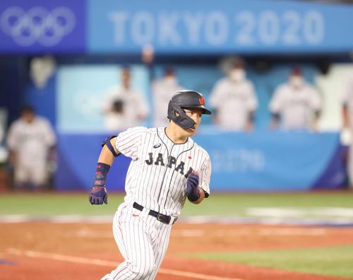 日本対韓国 5回裏日本1死三塁、適時打を放ち一塁に向かう吉田正(撮影・河野匠)