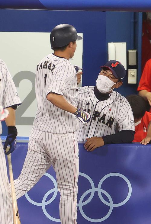 日本対韓国 5回裏日本1死三塁、吉田正の適時打で生還した山田(手前)を迎える稲葉監督(撮影・河野匠)