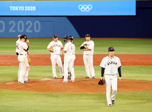 日本対韓国 6回表韓国1死一、三塁、降板となる山本(手前)(撮影・河野匠)