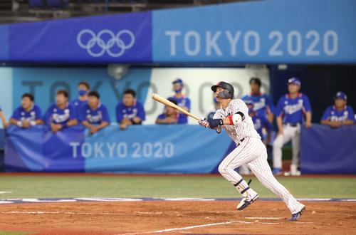 日本対韓国 8回裏日本2死満塁、勝ち越しの左越え3点適時二塁打を放つ山田(撮影・河野匠)