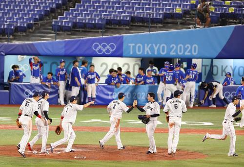 日本対韓国 韓国を下し決勝進出を決めたナインは喜び合う(撮影・河野匠)