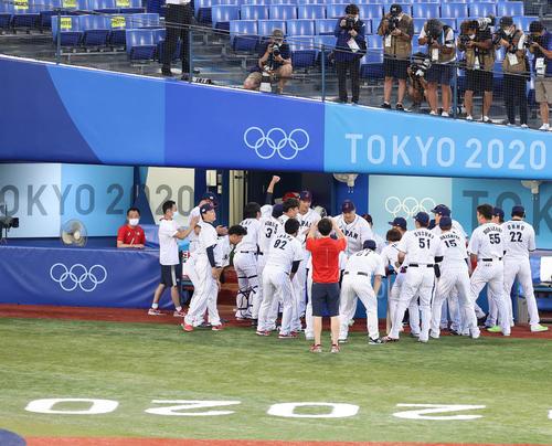日本対韓国 試合前、円陣を組む日本ナイン。中央は声出しをした田中将(撮影・河野匠)