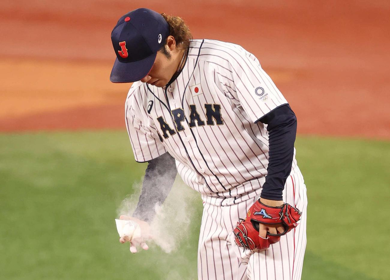 日本対米国 7回表に日本3番手で登板した伊藤はたっぷりとロジンを手にする(撮影・河野匠)