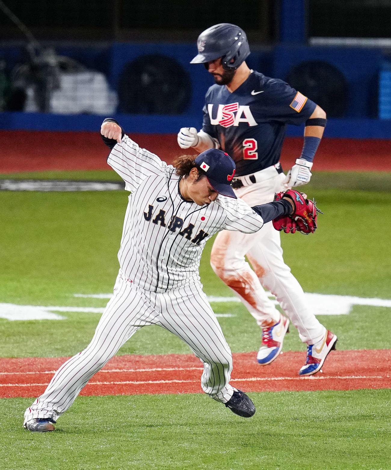 日本対米国 7回表米国2死三塁、アルバレスを一ゴロに仕留めガッツポーズする伊藤(撮影・江口和貴)