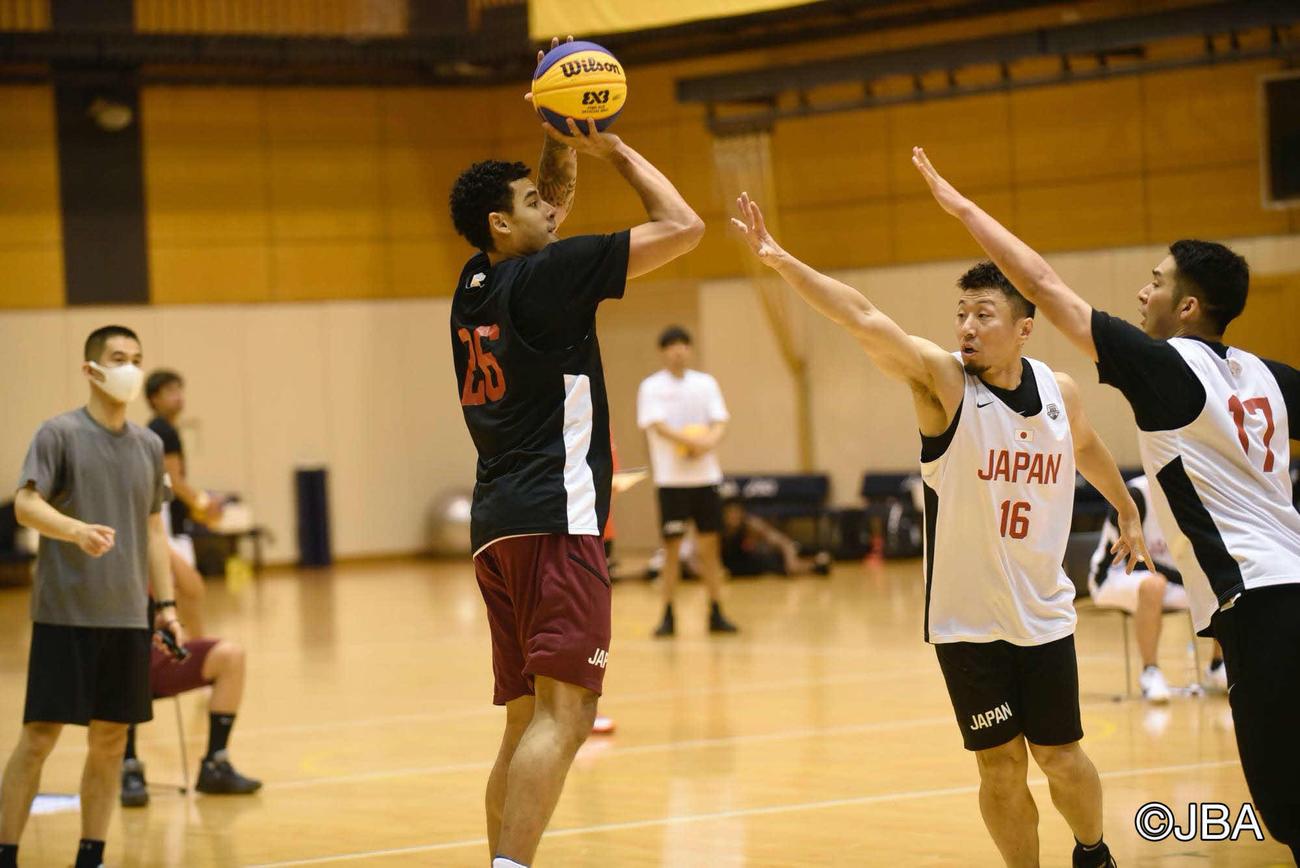 バスケットボール3人制男子代表合宿に参加し、シュートを打つマーフィー(日本バスケットボール協会提供)