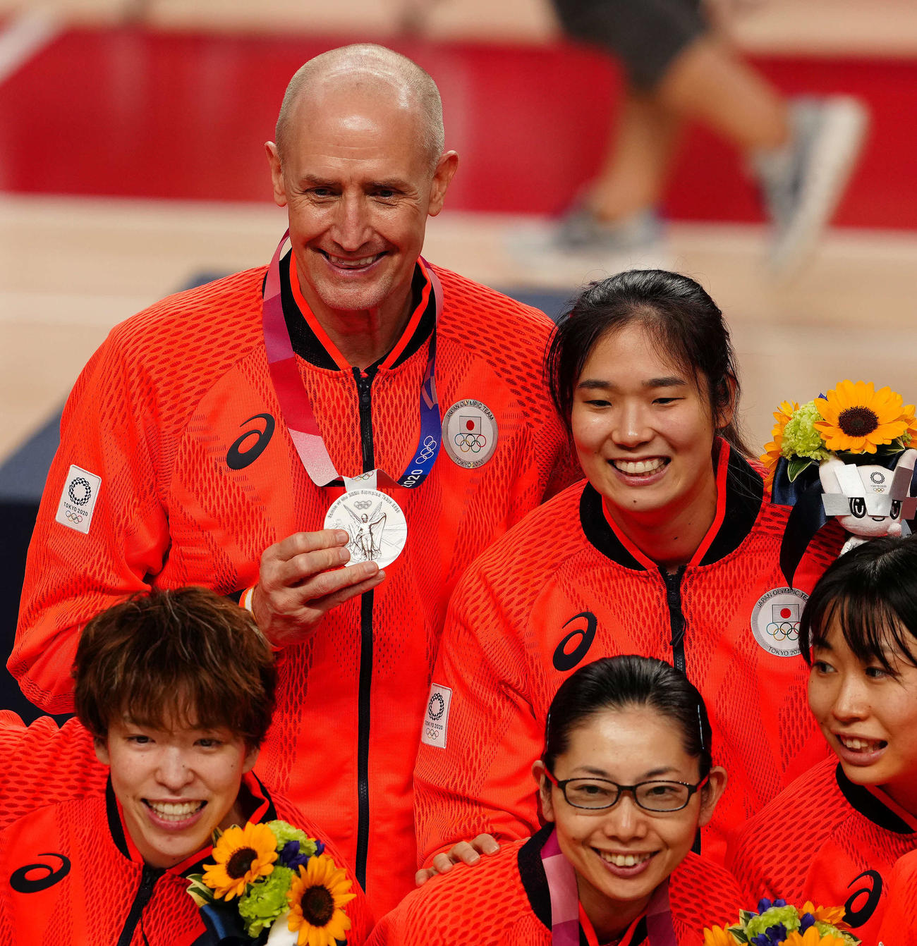 日本対米国 銀メダルを手に記念撮影する日本のホーバス監督(左上)(撮影・江口和貴)
