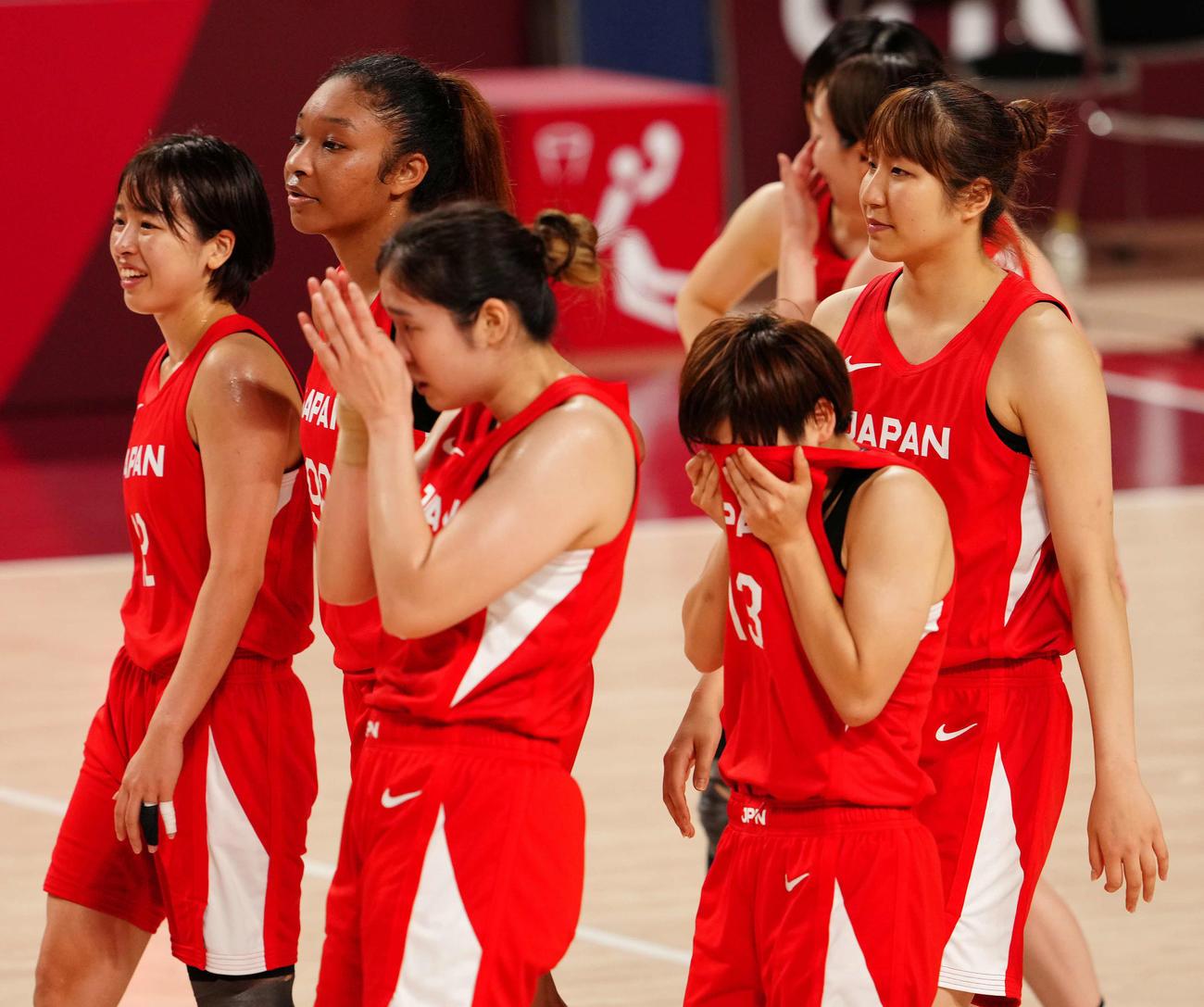 日本対米国 試合後、涙をぬぐう町田(左から4人目)(撮影・江口和貴)