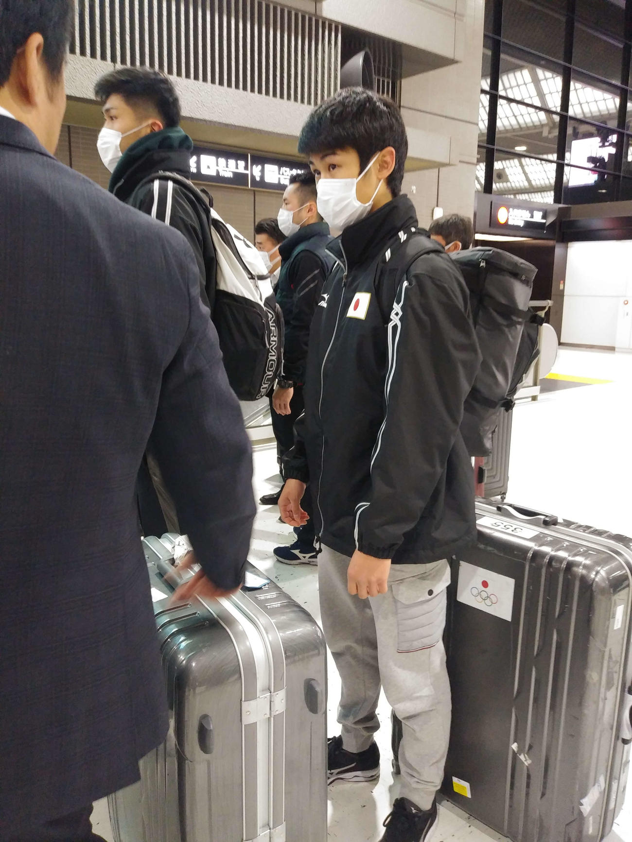 マスク姿で成田空港に姿を見せたボクシングの東京五輪アジア・オセアニア予選に出場する男子フェザー級の堤
