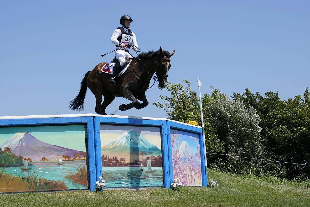 馬術競技 障害を跳ぶスイスのロビン・ゴーデル騎乗のジェットセット(AP)