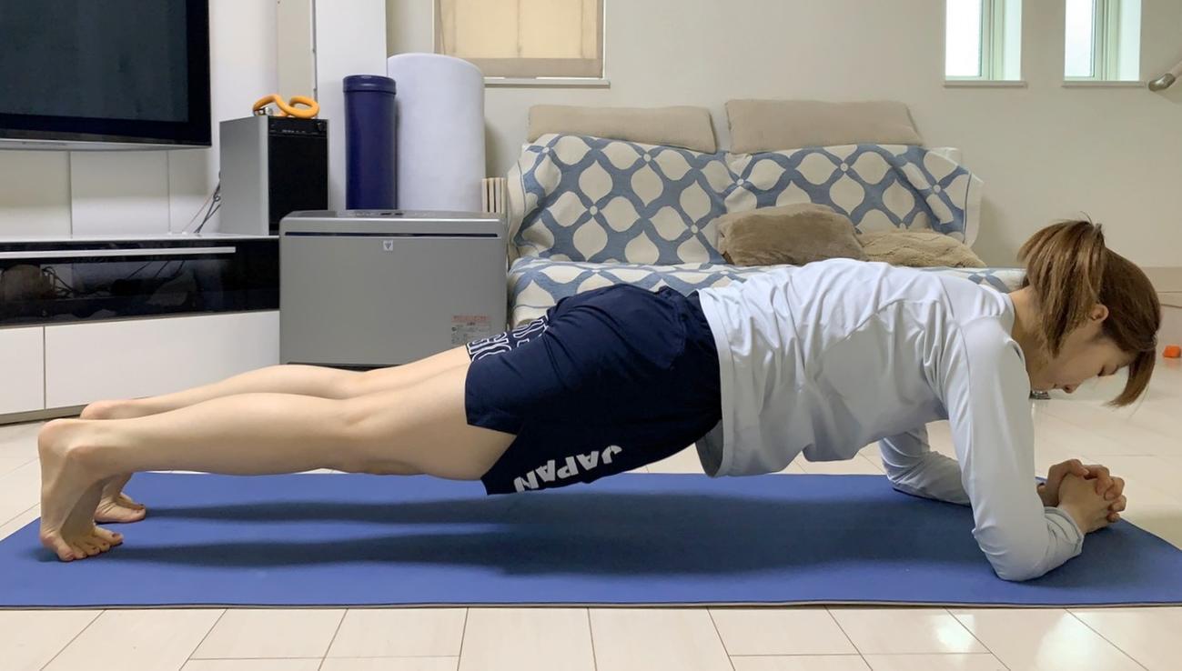 自宅でトレーニングするフェンシング女子サーブル日本代表の江村美咲(本人提供)