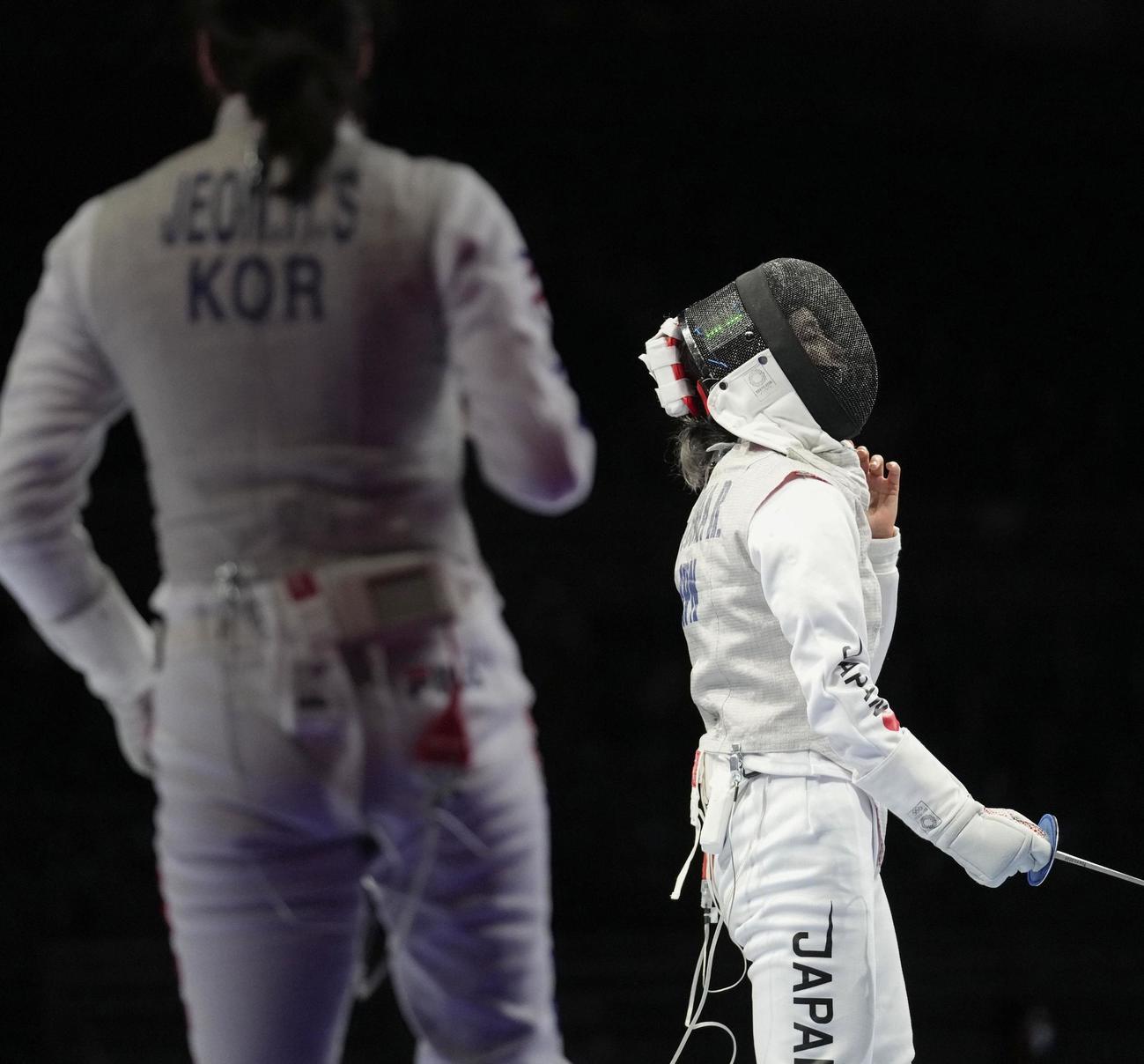 女子フルーレ個人2回戦で韓国選手(左)に敗れた東莉央(共同)
