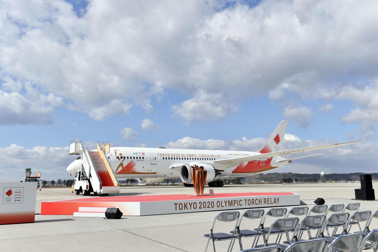 ギリシャから聖火を乗せ航空自衛隊松島基地に到着した特別輸送機「TOKYO2020号」(撮影・滝沢徹郎)