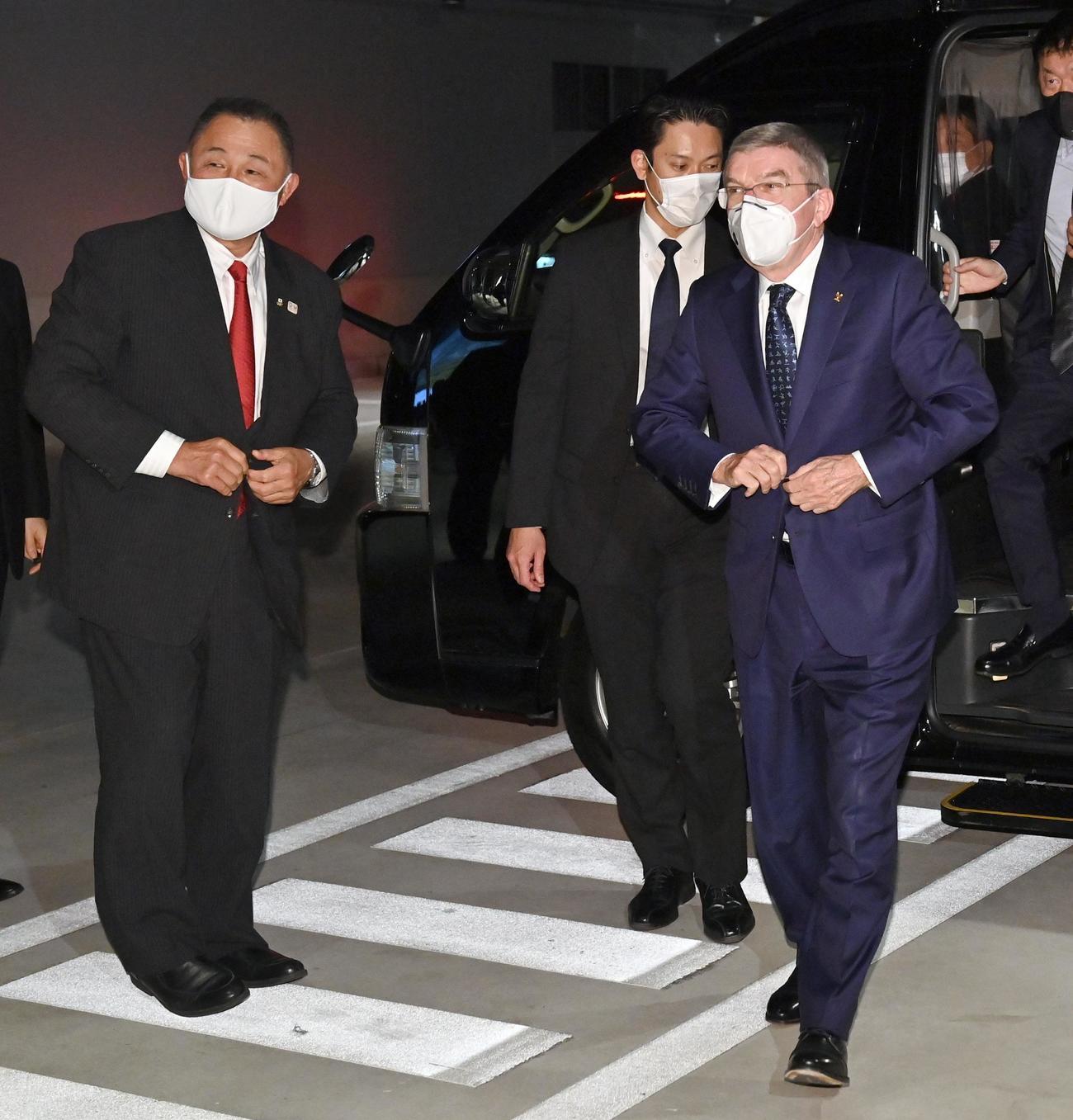 滞在先のホテルに到着したIOCのバッハ会長(右)。左はJOCの山下会長(代表撮影)