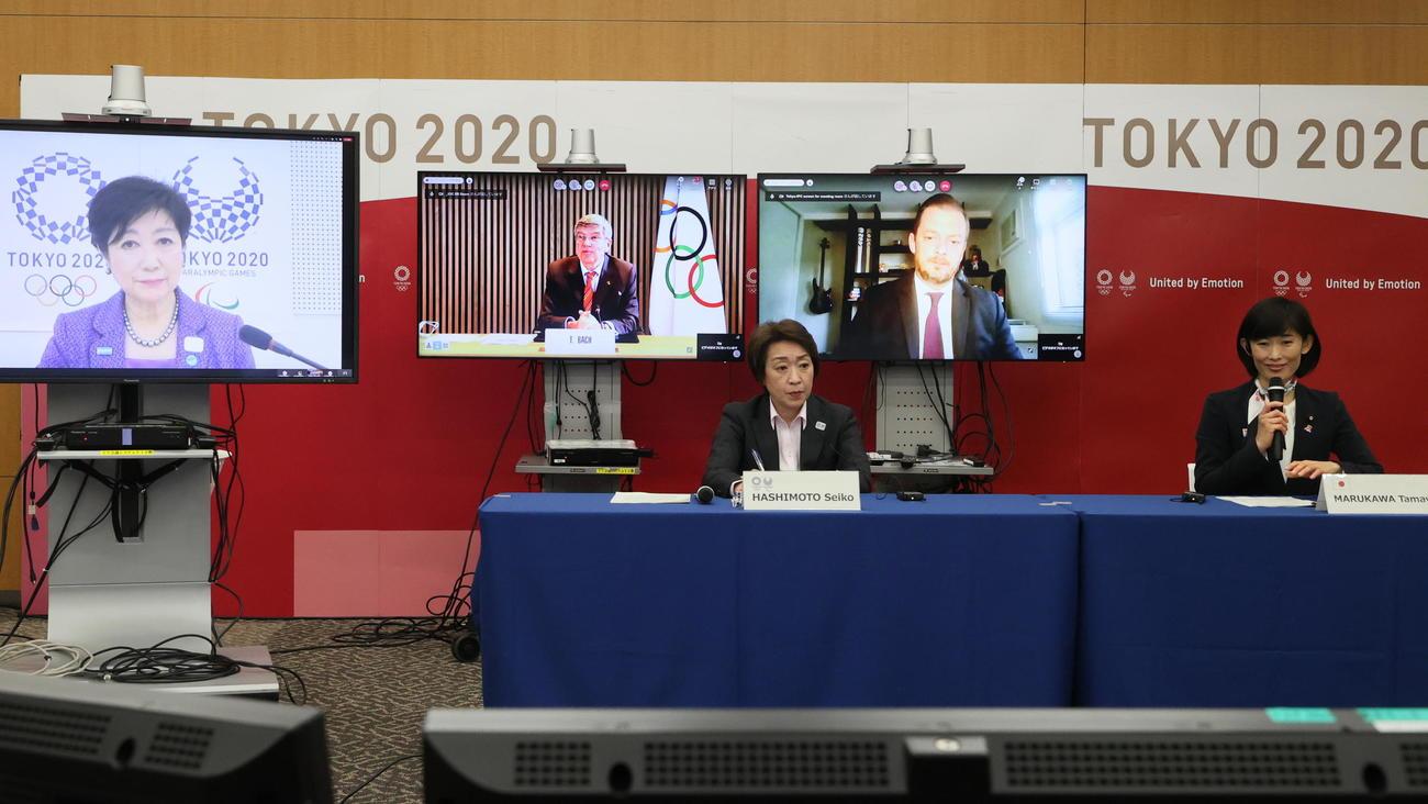 東京五輪・パラリンピックに向けた5者協議に臨む、大会組織委員会の橋本聖子会長(左)、丸川珠代五輪担当相(右)。リモートで参加するのは、左から東京都の小池百合子知事、国際オリンピック委員会(IOC)のトーマス・バッハ会長、国際パラリンピック委員会(IPC)のアンドリュー・パーソンズ会長(代表撮影)