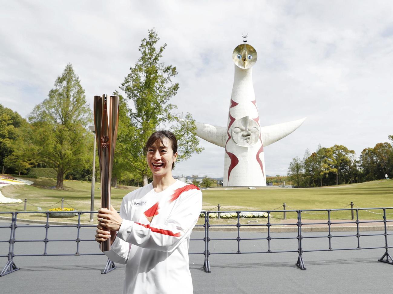 聖火リレーに笑顔で臨む寺川綾さん=13日午前、大阪府吹田市の万博記念公園(共同)