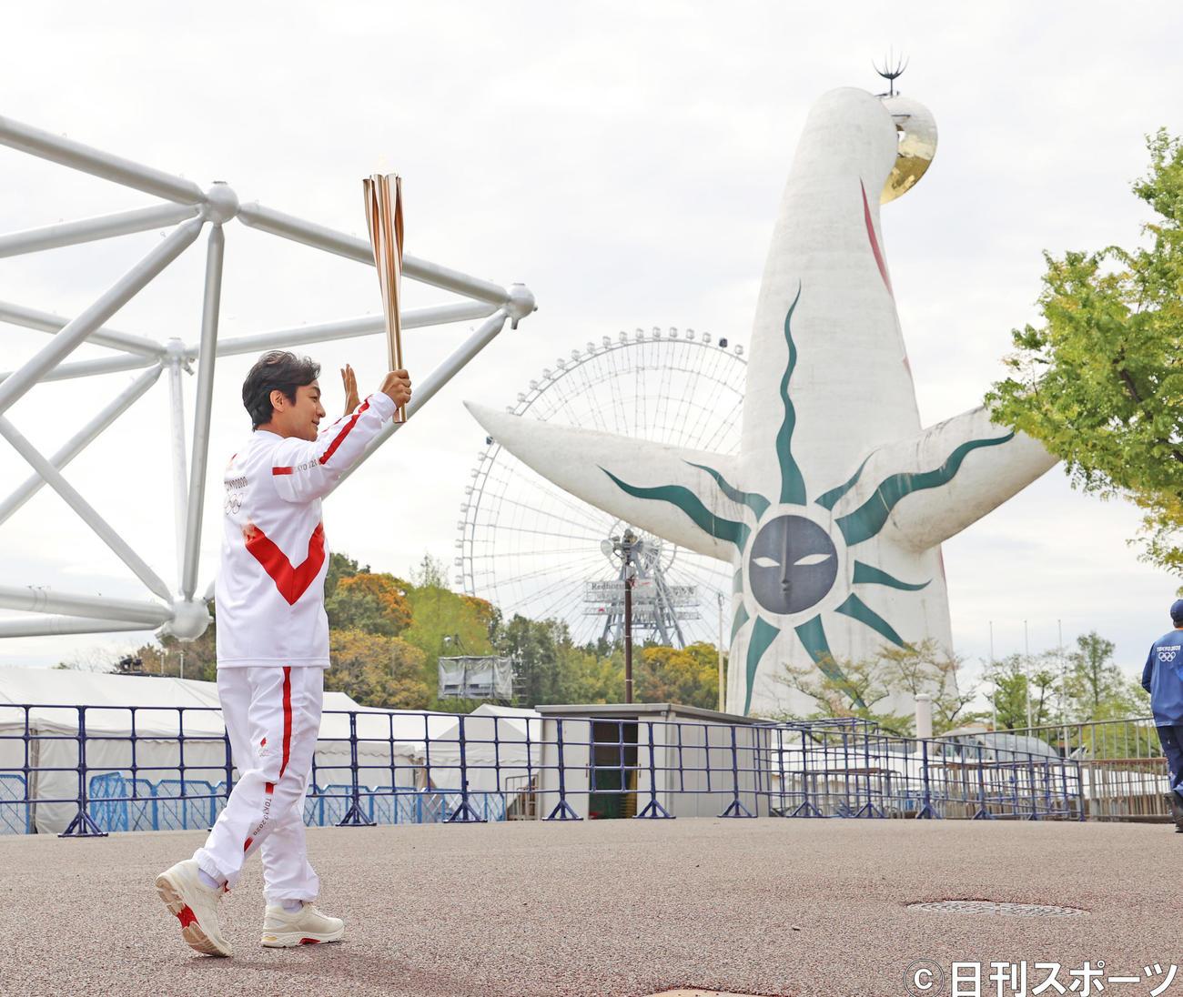 大阪・万博記念公園で聖火リレーを行う片岡愛之助(撮影・清水貴仁)