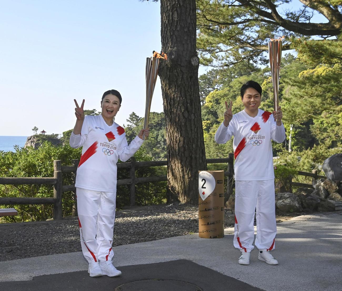聖火を引き継いだ島崎和歌子(左)と三山ひろし(代表撮影)
