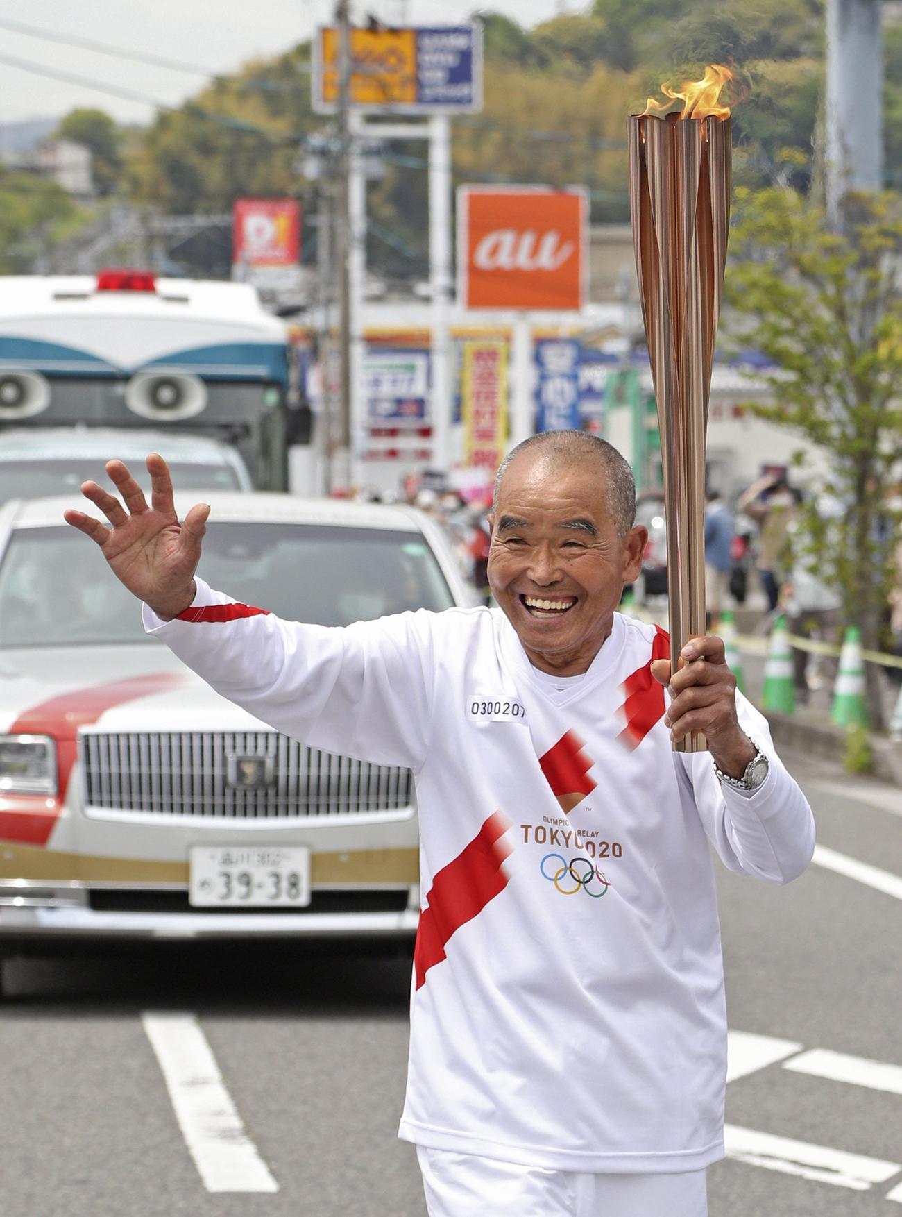 大分県日出町を走る聖火ランナーの尾畠春夫さん(代表撮影)
