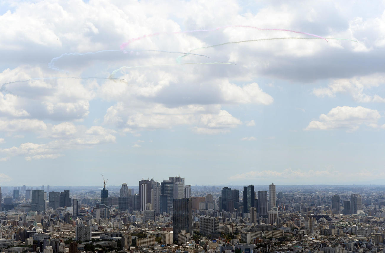 ブルーインパルスにより東京上空に五輪が描かれる。サンシャイン60展望台より撮影(撮影・横山健太)