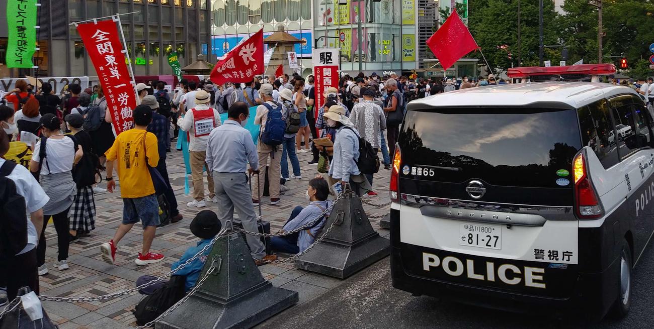 多数の東京五輪反対派のグループがJR原宿駅前に集まった。警察車両や制服、私服警察官も周囲に配置されていた