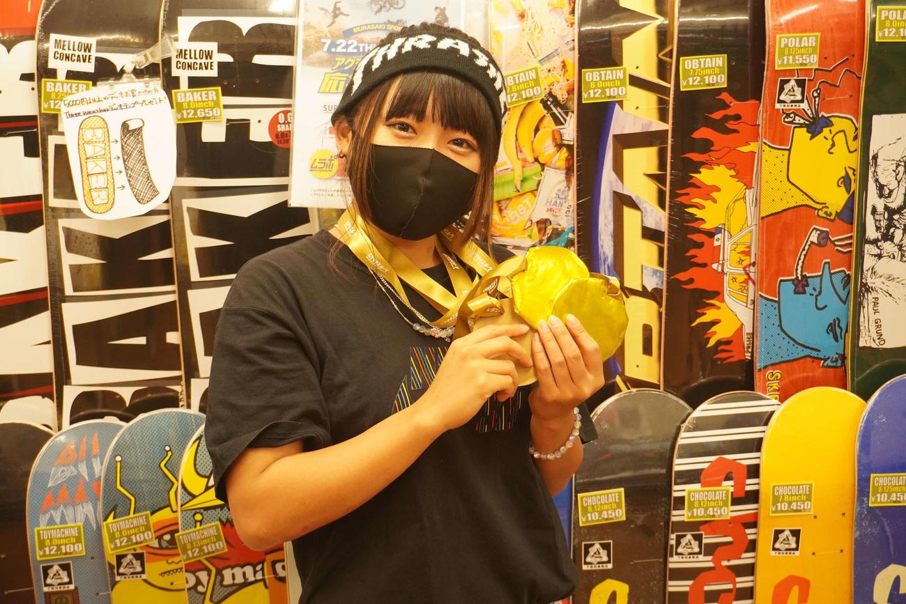 西矢椛の金メダル獲得を受け、手作りのメダルを作製したムラサキスポーツ上野本店の岩井七海さん(撮影・沢田直人)