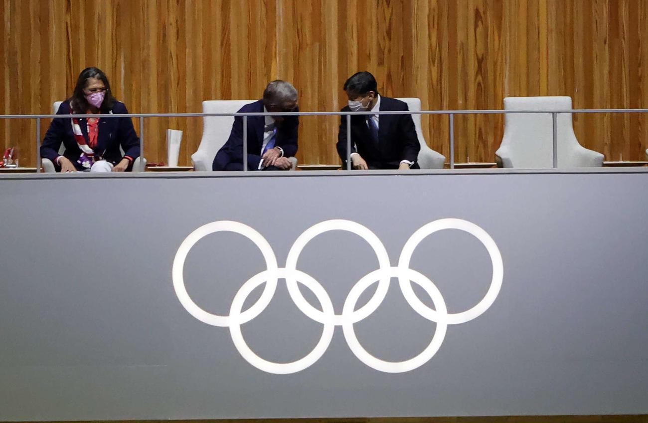 東京オリンピック開会式で言葉を交わす天皇陛下とIOCバッハ会長(21年7月23日撮影)