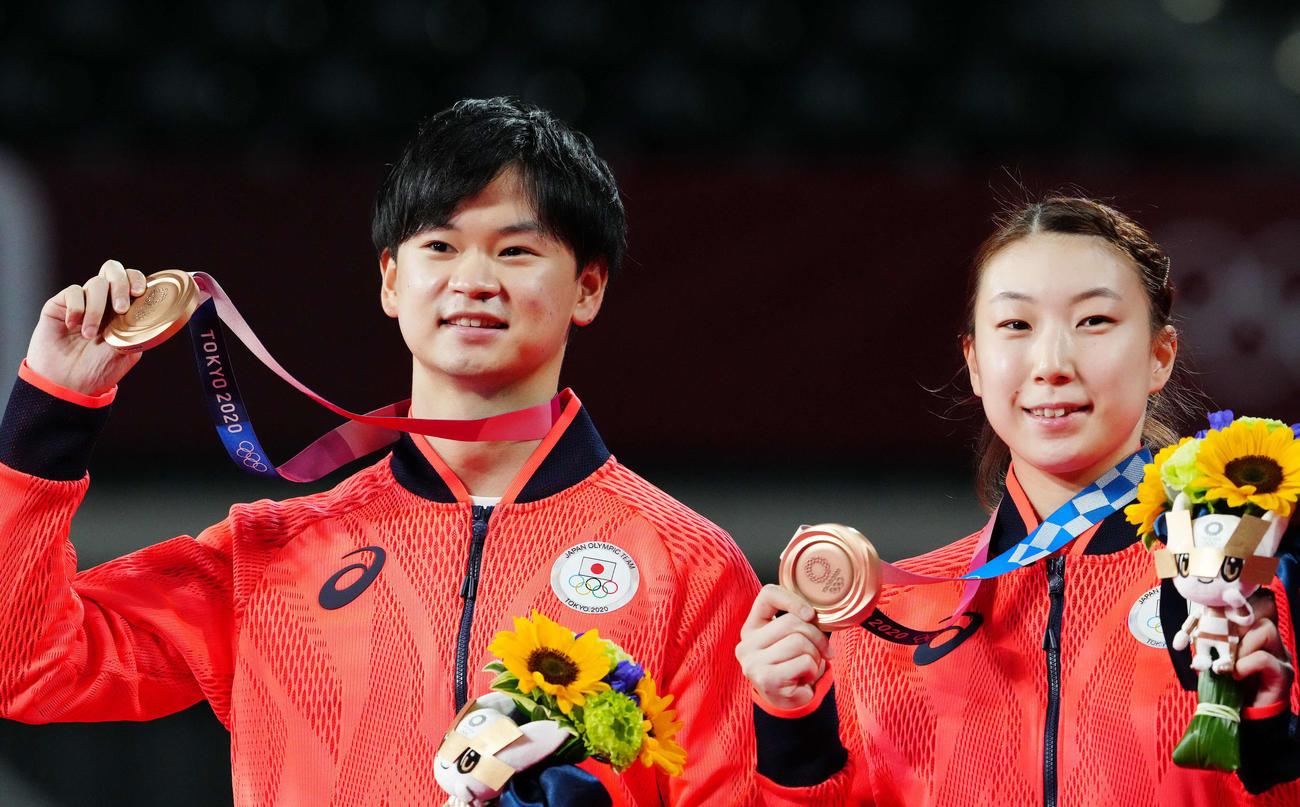 バドミントン混合ダブルス表彰式で銅メダルを手にする渡辺(左)、東野組(撮影・江口和貴)
