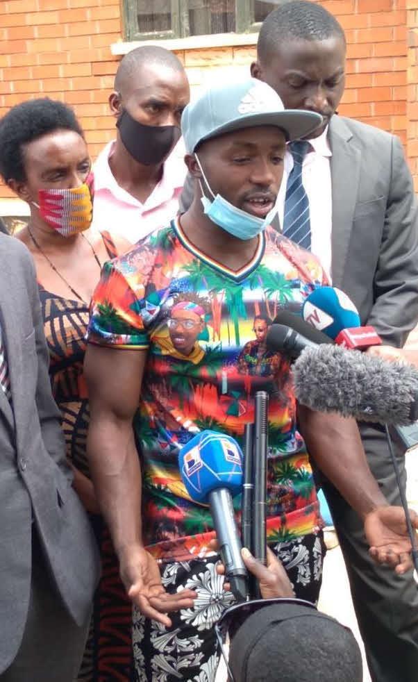 帰国後に拘束された後、一時釈放された際に地元メディアの取材に対応するジュリアス・セチトレコ(中央)(本人提供)