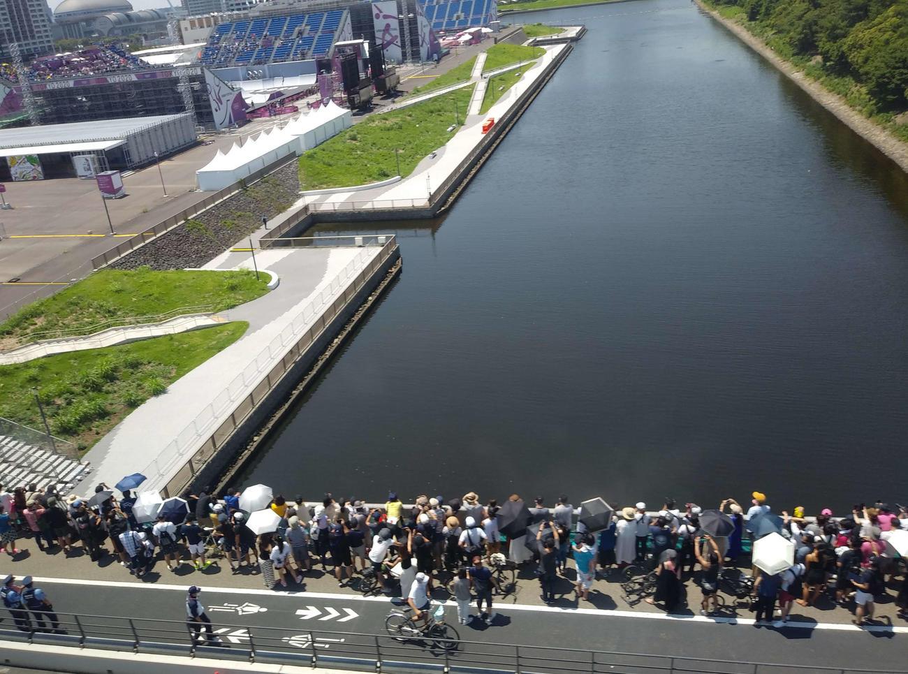 BMX会場の様子をみることのできる有明北橋には場外観戦者が大勢集まった